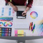 Persona utilizando aplicaciones para hacer dibujos online